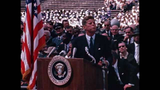 vidéos et rushes de john f. kennedy giving his moon speech at rice university stadium - discours
