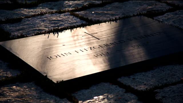 John F. Kennedy, dem Friedhof, Schwenk nach oben zur Eternal Flame,