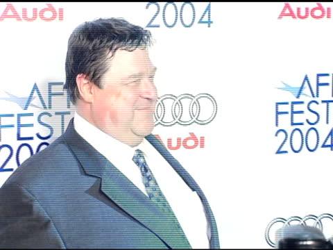 vídeos y material grabado en eventos de stock de john goodman at the 'beyond the sea' los angeles premiere at the cinerama dome at arclight cinemas in hollywood, california on november 4, 2004. - arclight cinemas hollywood