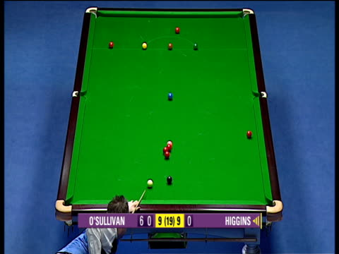 john higgins comes to table 60 points behind in deciding frame, he drops red into middle pocket absolutely dead weight to begin what would be match... - キュー点の映像素材/bロール
