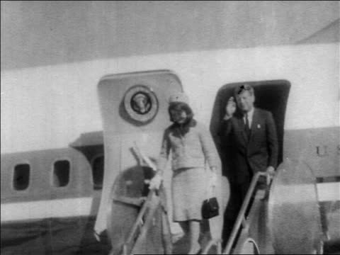 john jacqueline kennedy exiting air force one descending stairs / dallas - attentat auf john f. kennedy stock-videos und b-roll-filmmaterial