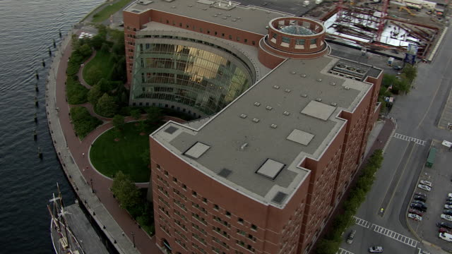 stockvideo's en b-roll-footage met aerial, john joseph moakley united states courthouse and port of boston, massachusetts, usa - gerechtsgebouw