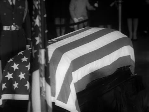 john kennedy's coffin covered with american flag / washington dc / newsreel - john f. kennedy myndighetsroll bildbanksvideor och videomaterial från bakom kulisserna