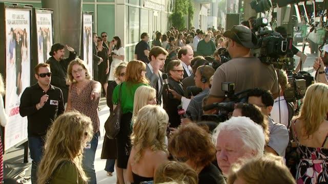 john krasinski and robin williams at the 'license to wed' premiere at the cinerama dome at arclight cinemas in hollywood california on june 25 2007 - john krasinski video stock e b–roll