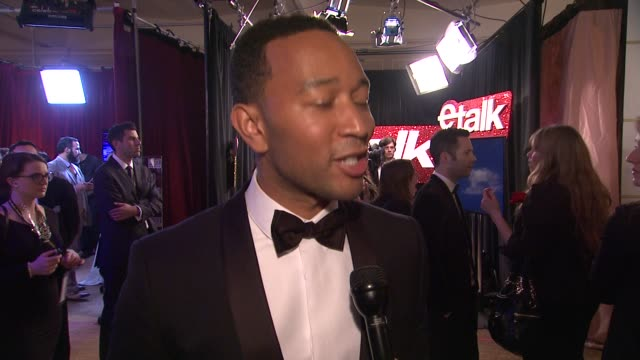 vídeos y material grabado en eventos de stock de interview john legend on if he knew he was going to win at 72nd annual golden globe awards backstage at the beverly hilton hotel on january 11 2015... - the beverly hilton hotel