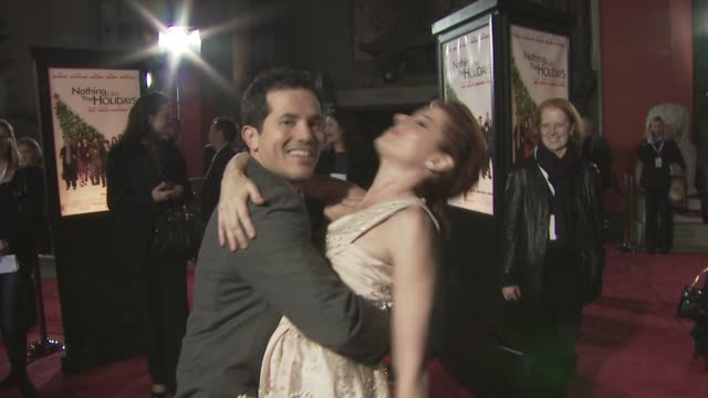 john leguizamo debra messing at the 'nothing like the holidays' premiere at los angeles ca - debra messing stock-videos und b-roll-filmmaterial