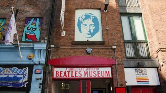 john lennon portrait above entrance to beatles museum - pop music stock-videos und b-roll-filmmaterial