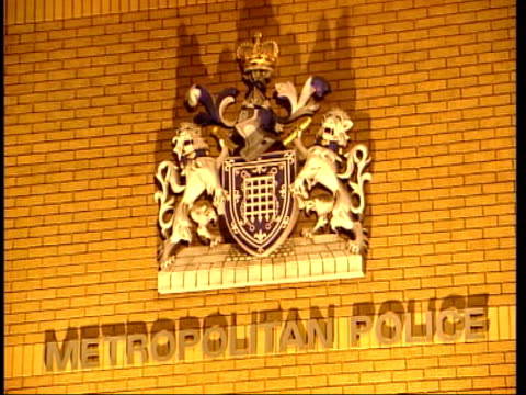 john leslie arrsted over assault claims itn london belgravia exterior belgravia police station la crest name 'metropolitan police' on wall gvs... - 警視庁点の映像素材/bロール