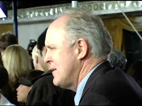 vídeos y material grabado en eventos de stock de john lithgow at the 'kinsey' premiere arrivals at the mann village theatre in westwood, california on november 8, 2004. - kinsey título de película