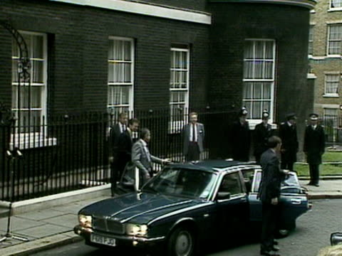 john major and his wife arrive at ten downing street on his first day as prime minister 28 nov 1990 - john major stock-videos und b-roll-filmmaterial