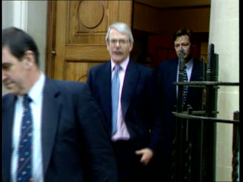 john major itn major out of door and into car with brief wave - john major stock-videos und b-roll-filmmaterial