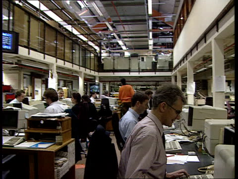 stockvideo's en b-roll-footage met john major tv address: irish peace talks; london gv 'the times' newsroom and journalists ) 'the times' at computer terminals ) r23129418 cms side... - artikel