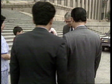 vidéos et rushes de john major visit; china: beijing ext cms pm john major out of aircraft with wife norma r-l and to bv as to top of aircraft steps major and norma down... - place tien an men