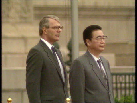 vídeos y material grabado en eventos de stock de john major visit ms side major and li peng lr then stand to attention as anthem heard sof major and li peng standing lms portrait of mao tse tung on... - mao tse tung