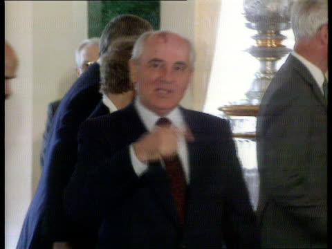 John Major Visit USSR Moscow Kremlin Pres Mikhail Gorbachev and others across PAN LR CMS SIDE British PM John Major across PAN RL and shakes with...