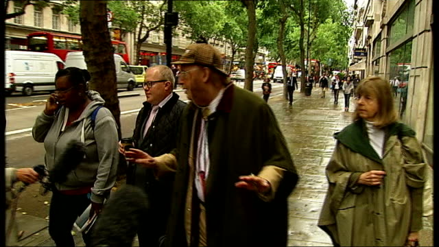 stockvideo's en b-roll-footage met john mccririck and jay hunt arrivals at employment tribunal england london ext john mccririck along street with wife towards employment tribunal john... - john mccririck