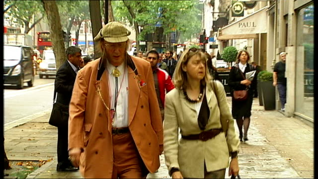 stockvideo's en b-roll-footage met john mccririck employment tribunal continues england london ext john mccririck and wife jenny mccririck arriving at employment tribunal jamie... - john mccririck