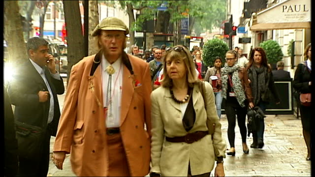 stockvideo's en b-roll-footage met john mccririck employment tribunal continues england london ext john mccririck arriving at tribunal building with his wife jenny and standing briefly... - john mccririck