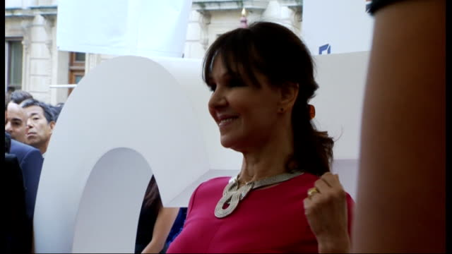 stockvideo's en b-roll-footage met john mccririck employment tribunal jay hunt evidence file 3072012 / r30071213 royal academy ext arlene phillips on red carpet at unidentified event - john mccririck