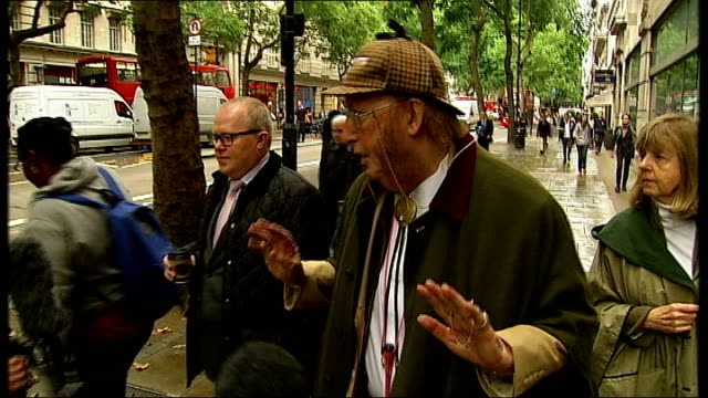 stockvideo's en b-roll-footage met john mccririck employment tribunal jay hunt evidence **flashlight former channel 4 horse racing pundit john mccririck and his wife jenny arriving at... - john mccririck