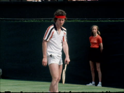 john mcenroe wins stella artois tournament england london queen's tennis club ext john mcenroe serving during match against paraguyan victor pecci - turno sportivo video stock e b–roll