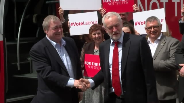 john prescott and jeremy corbyn joking about theresa may's apparent uturn on social care - welcome segnale inglese video stock e b–roll