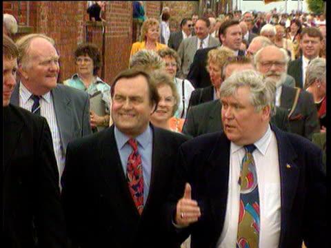 john prescott mp walks in 'miners picnic' parade northumberland 11 jun 94 - ジョン プレスコット点の映像素材/bロール