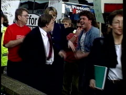 john prescott v sign row lib rhyl john prescott being struck by an egg thrown by countryside protestor craig evans and punching him in return - ジョン プレスコット点の映像素材/bロール