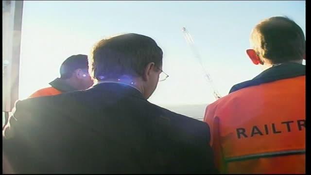 john prescott visits railtrack in leeds; england: yorkshire: leeds: ext gvs deputy prime minister john prescott mp with railtrack officials as... - 見渡す点の映像素材/bロール