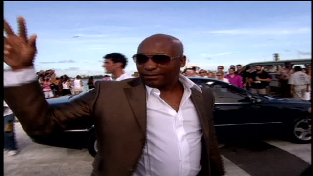 john singleton interacting with fans on the red carpet. - 脚本家点の映像素材/bロール