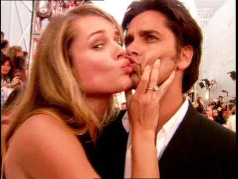 john stamos and rebecca romijn stamos kissing on the 2000 mtv video music awards red carpet - mtv1 stock-videos und b-roll-filmmaterial