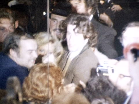 john travolta and olivia newton john arrive and are jostled at premiere of film 'grease' 13 september 1978 - film premiere stock videos & royalty-free footage