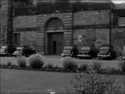 stockvideo's en b-roll-footage met john vickers hanged at durham jail: people wait outside; england: county durham: durham prison: ext gv prison - people in street outside / cars... - county durham engeland