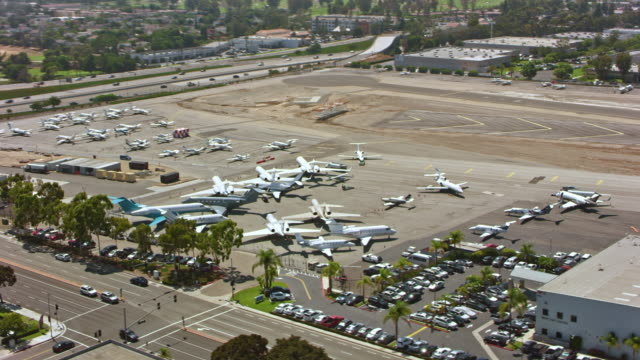 vidéos et rushes de antenne john wayne airport - stationary