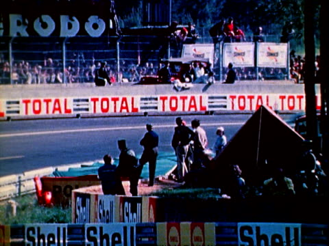 john wyer automotive porsche 917 lf formula one race car taking corners racing in le mans 24 hour endurance / chevrolet corvette stingray racing... - 1971 stock-videos und b-roll-filmmaterial