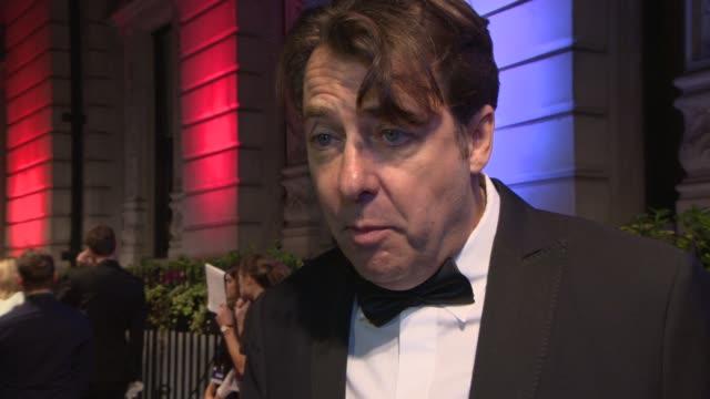 johnathan ross on the evening, the british film industry at bfi's luminous gala at 8 northumberland avenue on october 8, 2013 in london, england. - イギリスのブロードキャスター ジョナサン・ロス点の映像素材/bロール