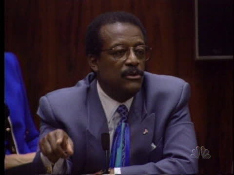 johnnie cochran discusses using the race card in the o.j. simpson murder trial. - ジョニー コクラン点の映像素材/bロール
