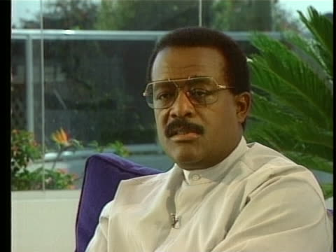 johnnie cochran says he believes he will prevail in the oj simpson case - ジョニー コクラン点の映像素材/bロール