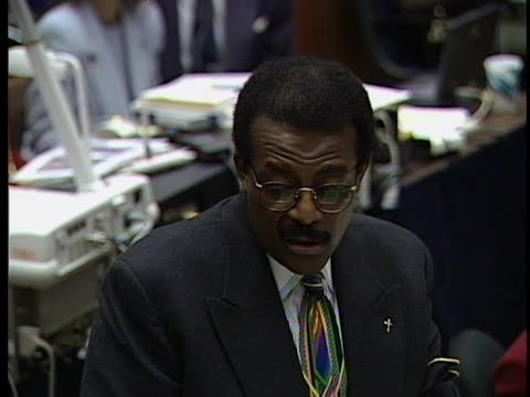 """johnny cochran says """"if it doesn't fit, you must acquit"""" in his closing arguments to the jury - ジョニー コクラン点の映像素材/bロール"""