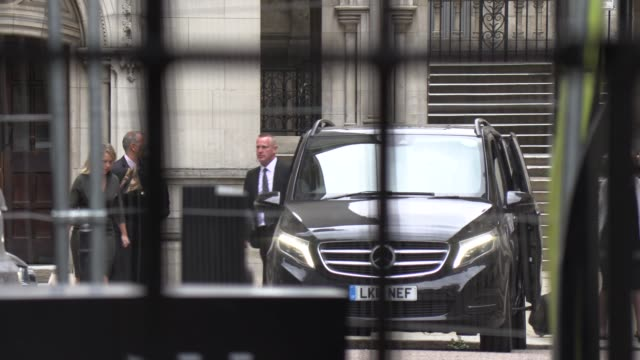 johnny depp and amber heard leaves the high court in london following a hearing in johnny depp's libel case against the publishers of the sun and its... - 文書による名誉棄損点の映像素材/bロール