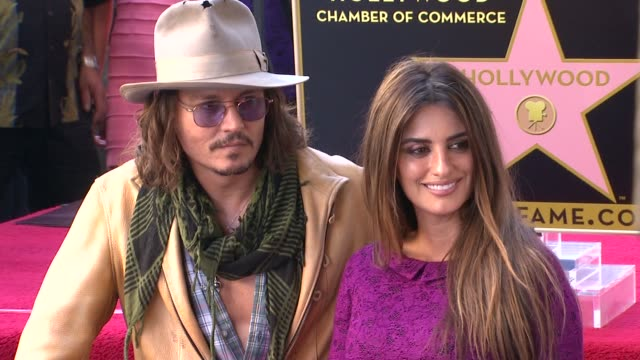 vidéos et rushes de johnny depp and penelope cruz at the penelope cruz honored with a star on the hollywood walk of fame at hollywood ca. - penélope cruz
