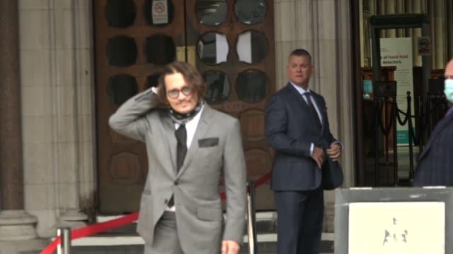 johnny depp libel case: johnny depp arrival; england: london: ext press gathered outside main entrance / vehicle pulling up outside court / johnny... - 文書による名誉棄損点の映像素材/bロール