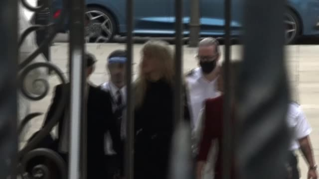 amber heard delivers statement outside high court england london royal courts of justice ext amber heard along to court - news not politics stock videos & royalty-free footage