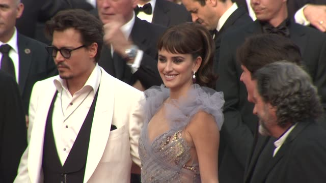 vidéos et rushes de johnny depp, penelope cruz at the pirates of the caribbean: on strange tides: 64th cannes film festival red carpet arrivals at cannes . - penélope cruz