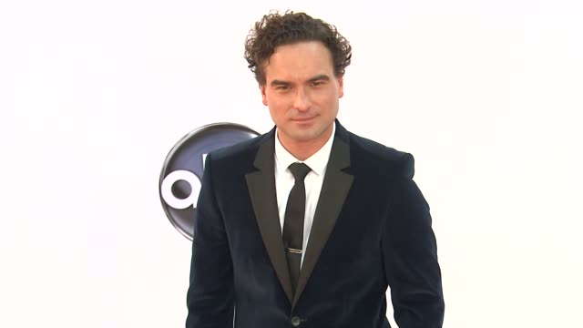 johnny galecki at 64th primetime emmy awards - arrivals on 9/23/12 in los angeles, ca. - emmy awards stock-videos und b-roll-filmmaterial