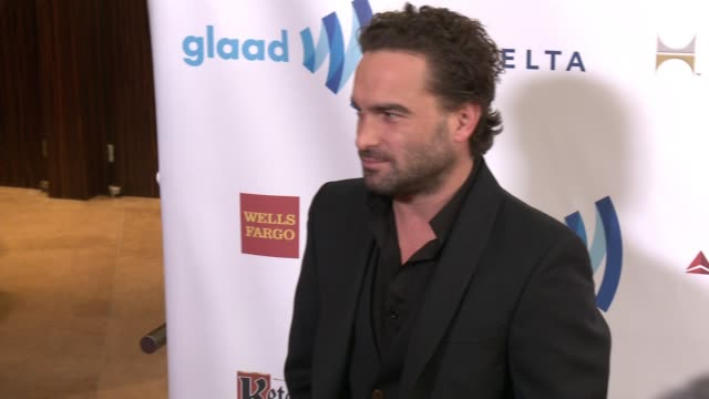 vídeos y material grabado en eventos de stock de johnny galecki at the 25th annual glaad media awards at the beverly hilton hotel on april 12 2014 in beverly hills california - the beverly hilton hotel