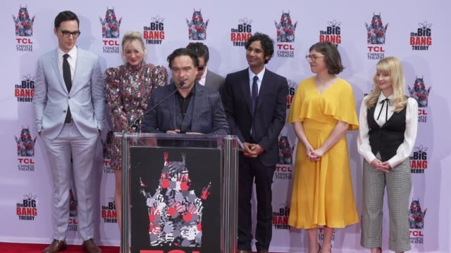 stockvideo's en b-roll-footage met speech johnny galecki at the cast of the big bang theory honored with hand and footprint ceremony at tcl chinese theatre on may 01 2019 in hollywood... - ensemble lid