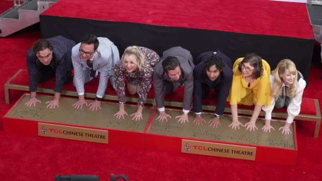 "johnny galecki, jim parsons, kaley cuoco, simon helberg, kunal nayyar, mayim bialik & melissa rauch at the cast of ""the big bang theory"" honored with... - cast member stock videos & royalty-free footage"