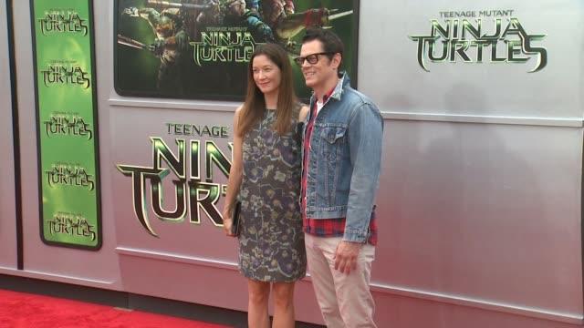 "johnny knoxville at the ""teenage mutant ninja turtles"" los angeles premiere at regency village theatre on august 03, 2014 in westwood, california. - ミュータント・タートルズ点の映像素材/bロール"