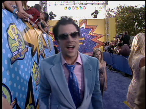 johnny knoxville signing autographs for the fans on the 2003 mtv movie awards red carpet. johnny knoxville waving for mtv. johnny knoxville posing... - 2003 stock videos & royalty-free footage
